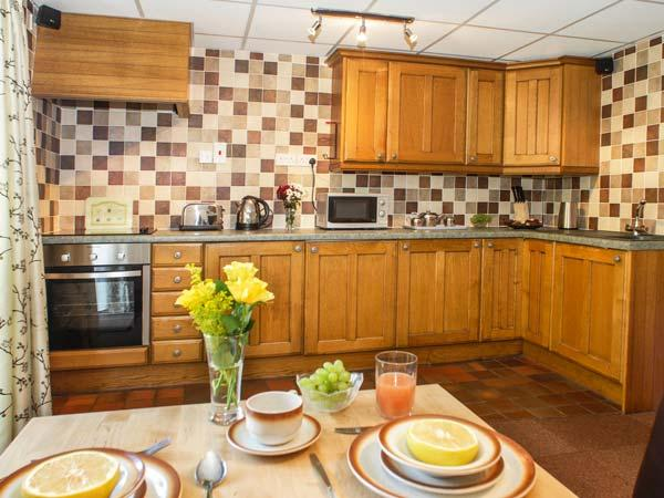 BRECON COTTAGES - DENBIGHSHIRE, elevated views, ground floor, sauna, Jacuzzi bath, on-site pool, games, showcaves, near Pen-y-Cae, Ref. 925412 - Image 1 - Pen-y-cae - rentals