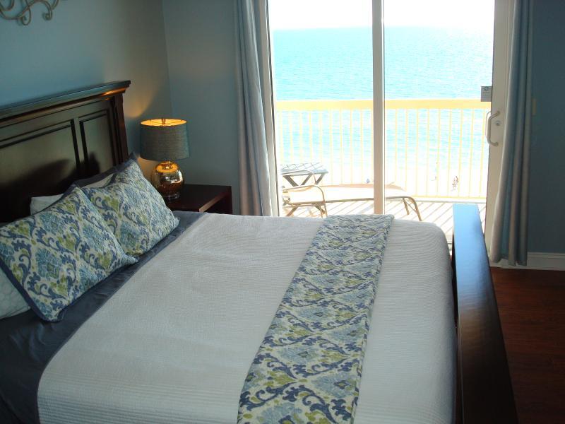 Master bdrm w/ king bed, balcony access, en suite bath & large walk-in closet - BEACHFRONT DEALS! 10/23-10/31, Free Beach Chrs - Panama City Beach - rentals