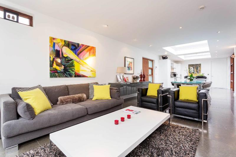 A stunning and modern three-bedroom mews house in Wimbledon. - Image 1 - London - rentals