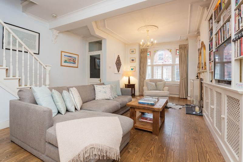 A stunning three-bedroom family home in leafy Fulham. - Image 1 - London - rentals