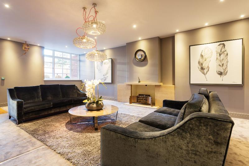 A newly refurbished two-bedroom flat just moments from the station. - Image 1 - London - rentals
