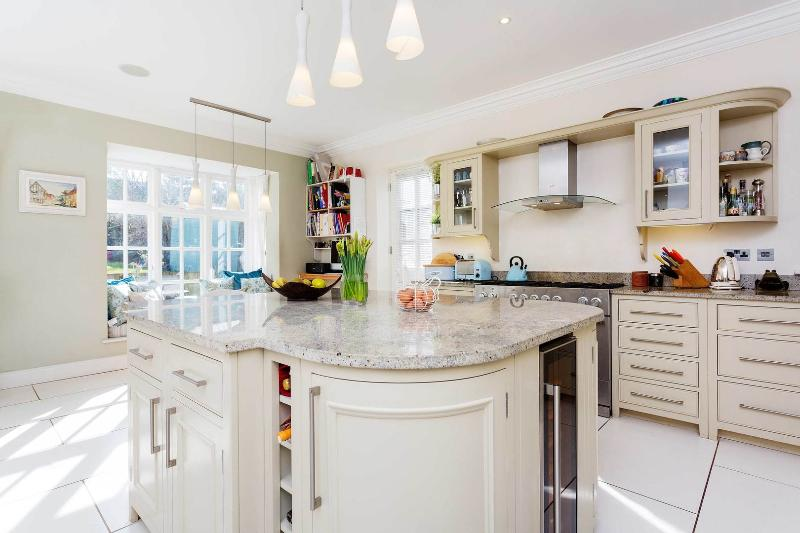A beautiful six-bedroom house with garden and parking in Finchley. - Image 1 - London - rentals