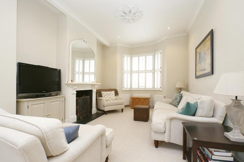 Pristine and bright 4-bed house, Martindale Road, Clapham - Image 1 - London - rentals