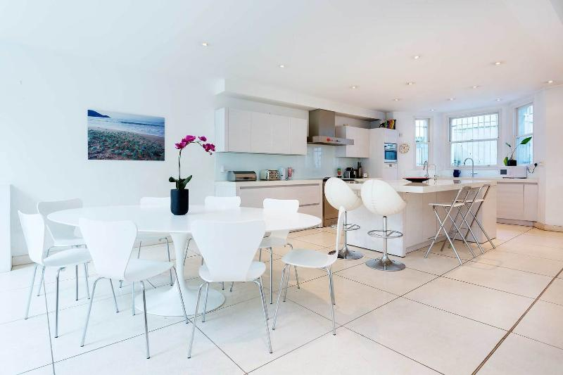 An impressive six-bedroom family home in the Holland Park/Kensington area. - Image 1 - London - rentals