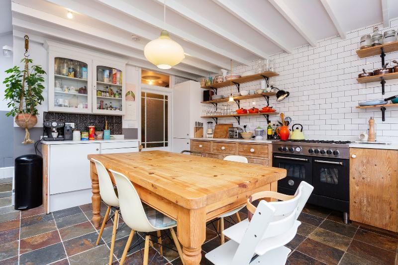 A lovely five-bedroom family home neighbouring the leafy Willesden Green area. - Image 1 - London - rentals