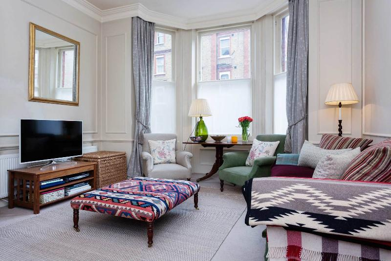 A bright and elegant one-bedroom apartment in South Kensington. - Image 1 - London - rentals
