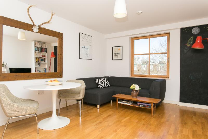 A fresh and contemporary two-bedroom apartment near Upper Street. - Image 1 - London - rentals