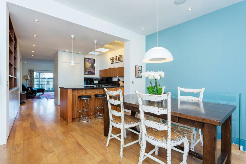 A spacious two-bedroom flat in the family neighbourhood of Highbury, Islington. - Image 1 - London - rentals