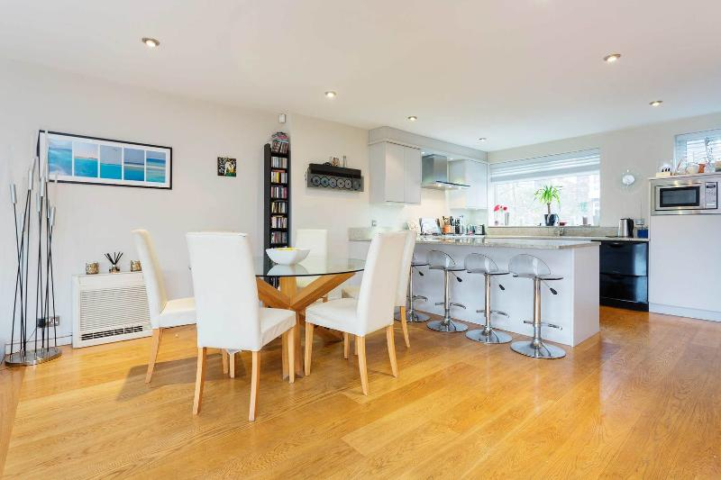 A modern four-bed family house located in Chiswick Quays, with stunning river views. - Image 1 - London - rentals