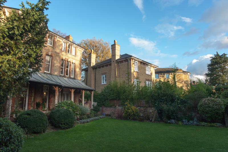 A classically styled, two-bedroom apartment in beautiful Wimbledon. - Image 1 - London - rentals