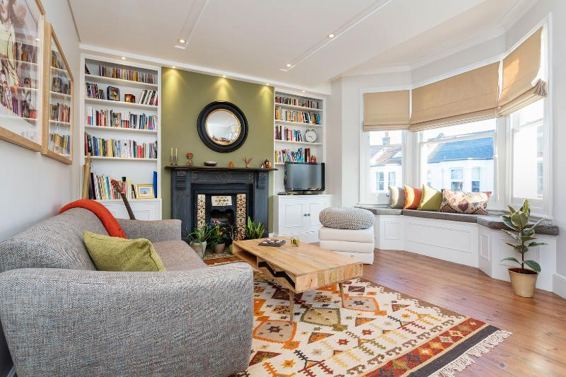 A characterful three-bedroom home in popular Clapham. - Image 1 - London - rentals