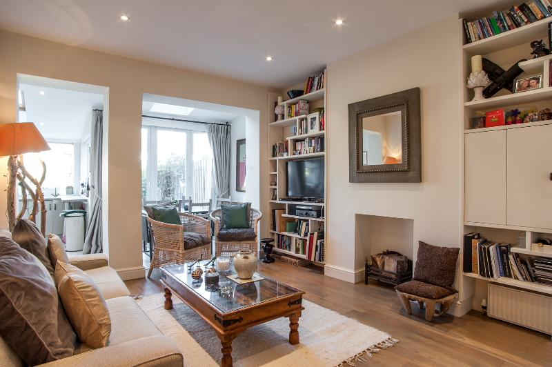 A charming 2 bed, 2 bath home in Tooting Bec. - Image 1 - London - rentals
