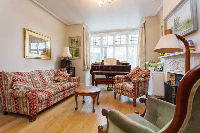 A spacious two-bedroom house in idyllic Mortlake. - Image 1 - London - rentals