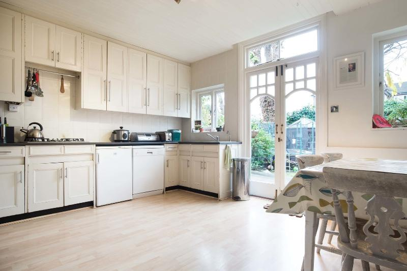 A fantastic four-bedroom family house located in leafy Acton. - Image 1 - London - rentals