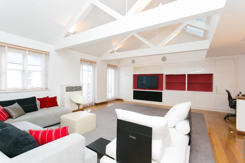 A spectacular and large three-bedroom mews house in South Kensington. - Image 1 - London - rentals