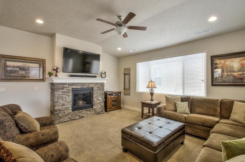 Grand Living Room - Superior Style #6 - 3BD (Paradise Village) - Santa Clara - rentals