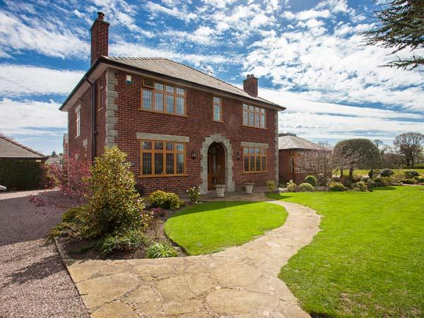 THE OAKS, superb detached house, en-suites, two woodburners, games room, ideal for families, in Penyffordd, Wrexham, Ref 927070 - Image 1 - Wrexham - rentals