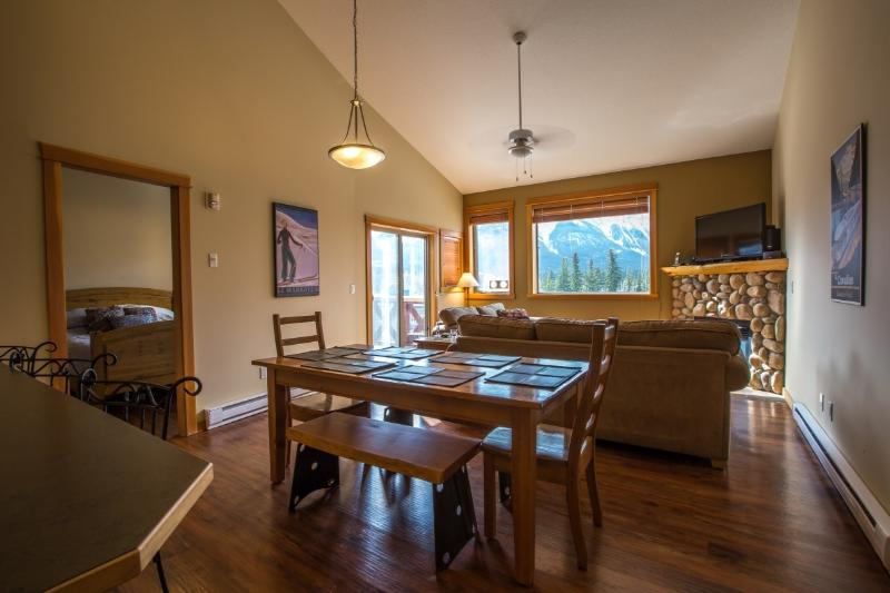 Spacious, light living and dining area - Canmore Crossing 3 Bedroom Penthouse with Stunning Views - Canmore - rentals