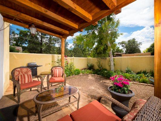 Poppy outdoor patio with lots of seating - Poppy - Walk to The Plaza, Charming. - Santa Fe - rentals