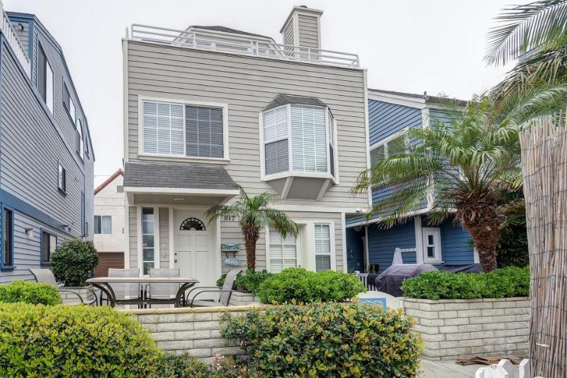 Fabulous three-story getaway near Mission Beach - walk to sand, Sail Bay views! - Image 1 - San Diego - rentals