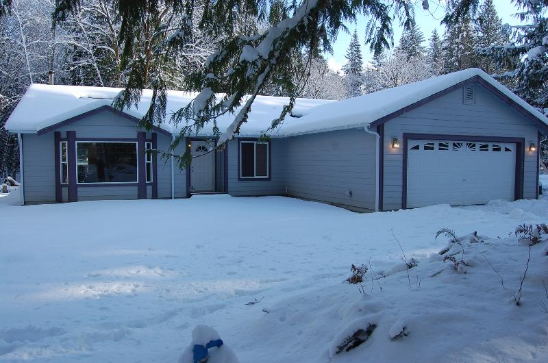 Cowlitz Vista Vacation Retreat showing off her winter best - Roomy comfortable home by White Pass ski area. - Packwood - rentals
