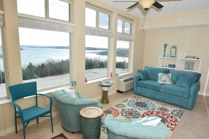 Huge heated and air conditioned 3 seasons room with sleeper sofa. - Condo on Table Rock Lake - Sleeps 8!!! - Branson - rentals