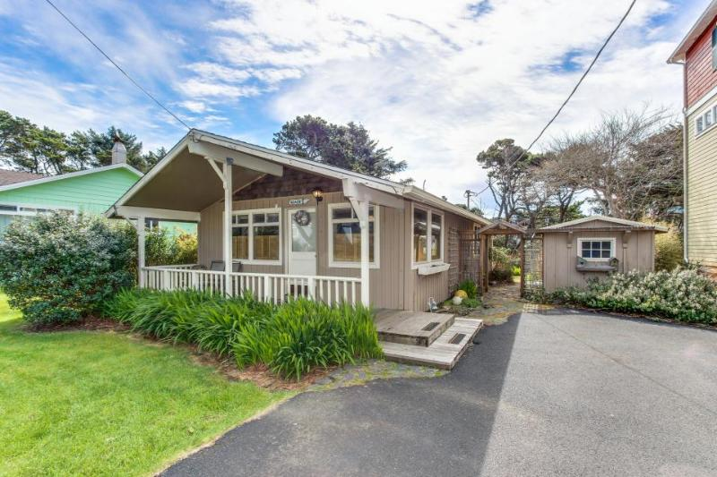 Cozy dog-friendly getaway close to the beach! Includes deck & beach chairs! - Image 1 - Lincoln City - rentals