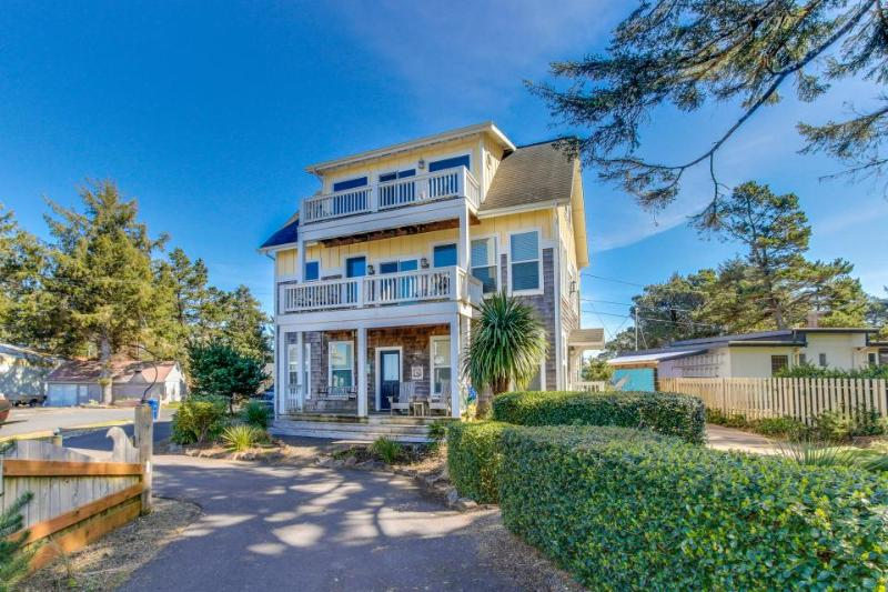 Bayfront, dog-friendly home with a private hot tub & footpath to the beach! - Image 1 - Lincoln City - rentals