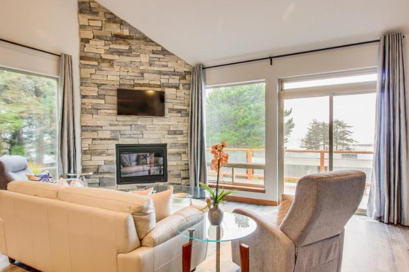 Luxury home near beach w/ocean view, fireplace, soaking tub. - Image 1 - Yachats - rentals