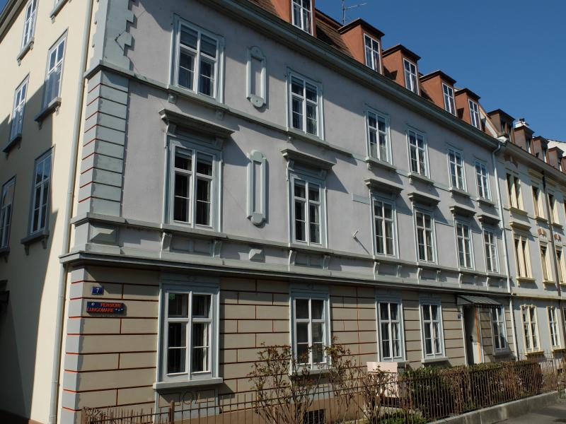 Building from the 1920s in a quiet side street, close to the Rhine River - Pensione Lungomare - Basel - rentals