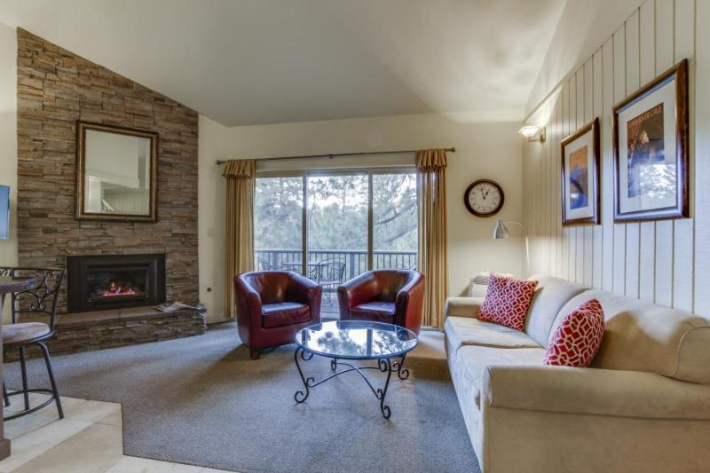 Convenient Mt. Bachelor condo w/ shared hot tub & swimming pool - Image 1 - Bend - rentals