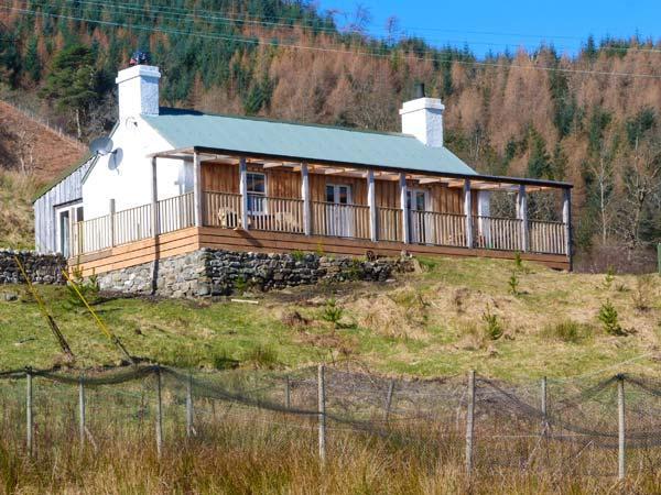DRUIDAIG COTTAGE, woodburning stove, loch and mountain views, all ground floor, Dornie, Ref 934676 - Image 1 - Dornie - rentals
