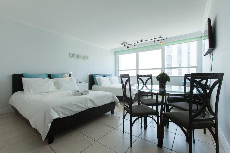 Living Room - $70 ocean Bay view in MIA Beach (12) - Miami Beach - rentals