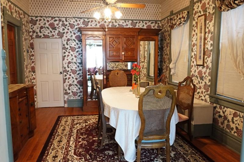 BEAUTIFUL AND SPACIOUS 4 BEDROOM, 2 BATHROOM VICTORIAN-STYLE APARTMENT - Image 1 - Chicago - rentals