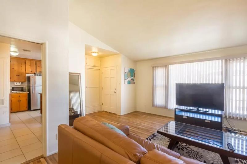 SPACIOUS AND LIGHT-FILLED 2 BEDROOM, 1 BATHROOM APARTMENT - Image 1 - Los Angeles - rentals