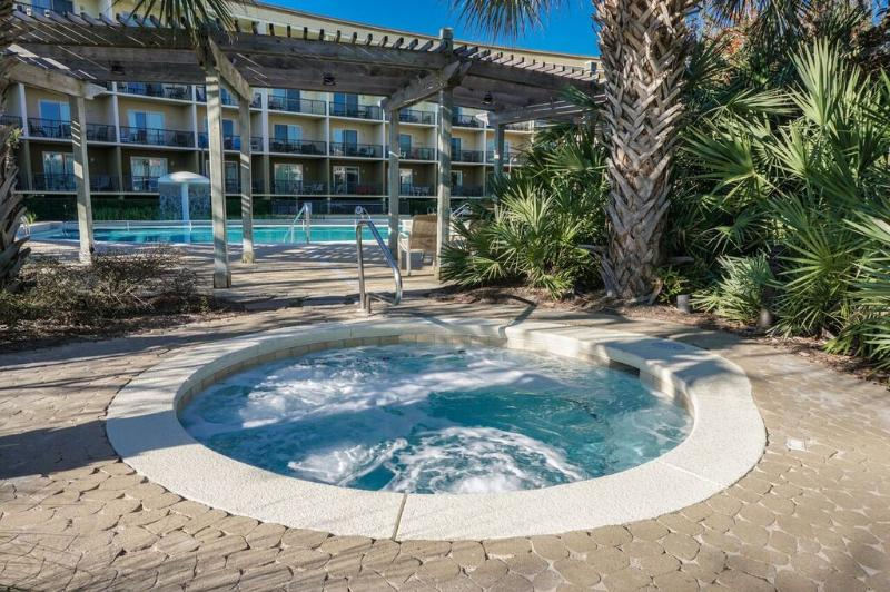 Beach Resort Has An Amazing Fade in Pool, Hot tubs, and Cabanas. Also Just Minutes From The Gulf.  - Beach Resort  503 * Book 7 nights Sat to Sat between March 1 - 31 for $995 TOTAL - Destin - rentals