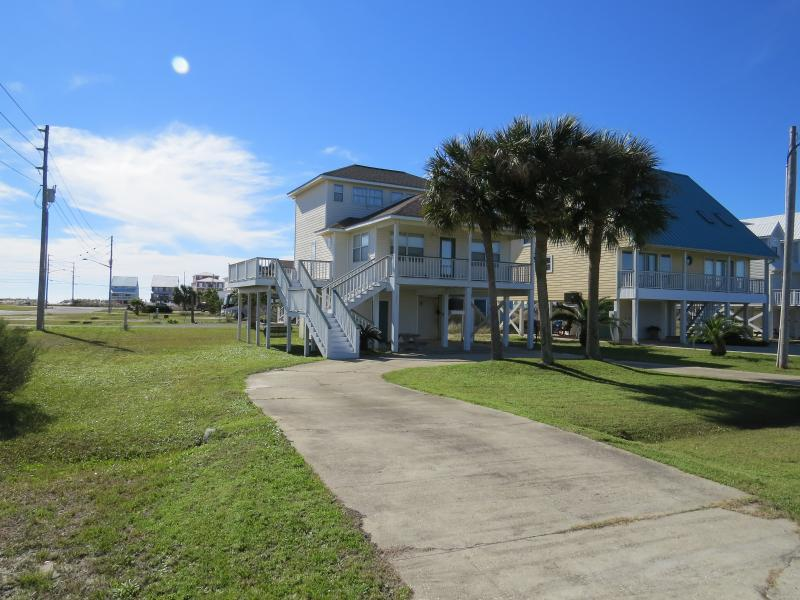 Large yard located 125 yards from beach.s. Third light pole is beach site !! - BEST BEACH HOUSE FOR THE PRICE IN GULF SHORES - Gulf Shores - rentals
