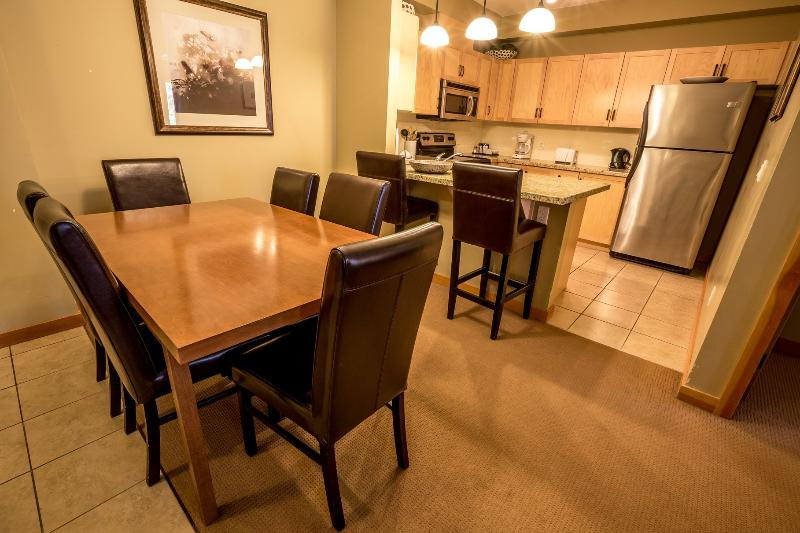 Wonderful, spacious dining and kitchen area - Canmore Lodges at Canmore Spacious 3 Bedroom Condo - Canmore - rentals