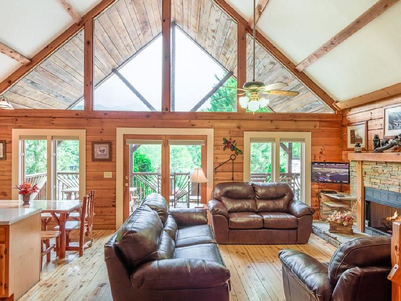 BEAUTIFUL COMFY LIVING ROOM!  MOUNTAIN VIEWS ARE RIGHT OUT THE FRONT DOOR! - BEAUTIFUL 4 BR MOUNTAIN VIEW CABIN!  PET FRIENDLY! - Gatlinburg - rentals