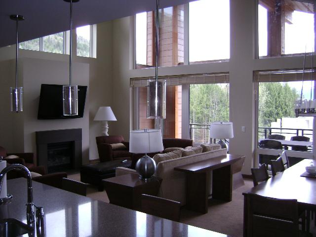 Living + dining room - Penthouse Suite at base of ski mountain - Revelstoke - rentals