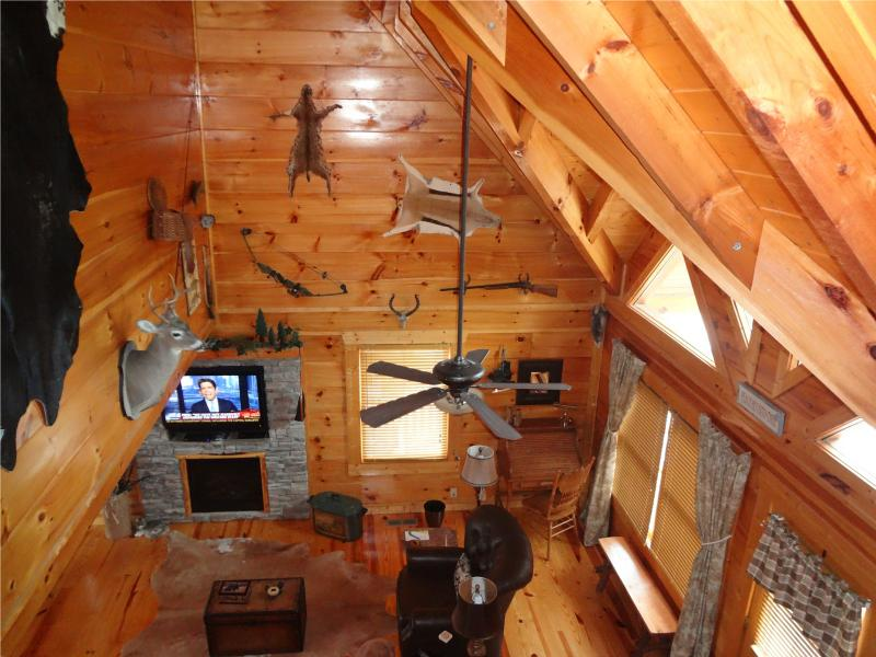 """Soaring ceiling over Great Room with """"outdoorsy"""" theme. - """"Amazing Grace"""" @ Grandview with 37 5-STAR RATINGS - Sevierville - rentals"""