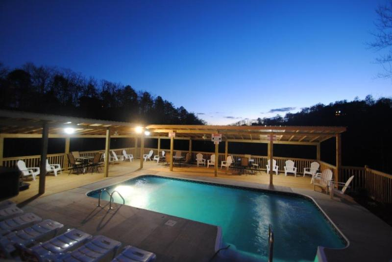 Private heated pool. Open 6 months - 7 B/R, 5 bath, heated pool from  250.00, sleeps 19 - Sevierville - rentals