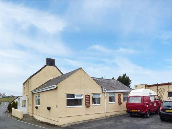 TAN-Y-BRYN-BACH, semi-detached, single-storey, off road parking, shared patio, in Rhosneigr, Ref 933783 - Image 1 - Rhosneigr - rentals