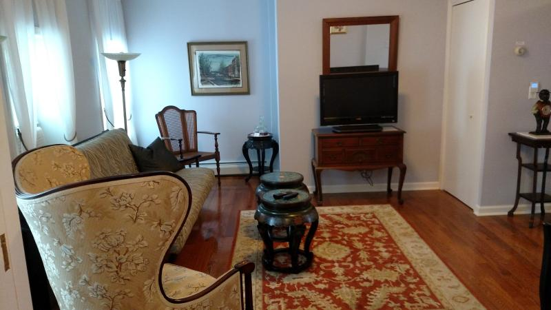 Wiltwyck Living Room - Elegant Victorian/Asian decor Apt. in Waterfront - Kingston - rentals