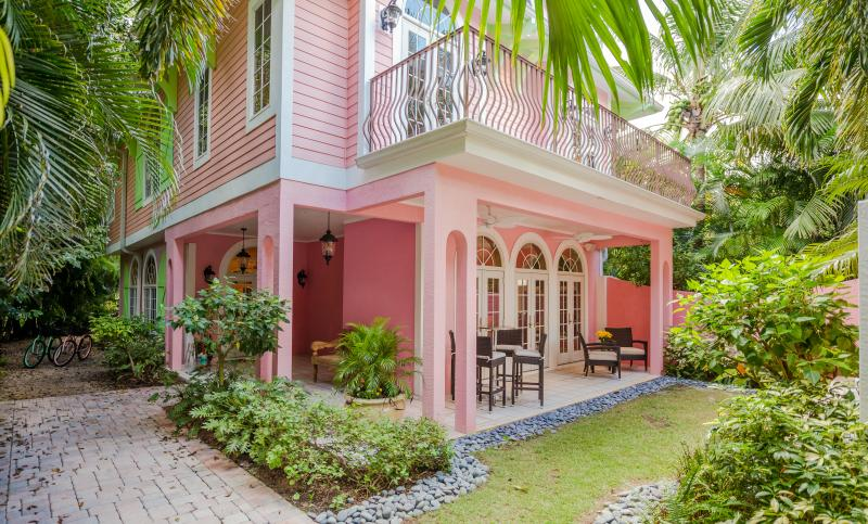Inviting Front Entrance - Gorgeous, relaxing, and newly decorated 4 bedroom home with private dock. Sunsets on the beach! - Captiva Island - rentals
