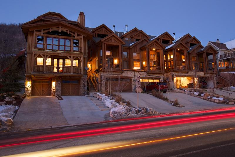 Exterior View of Driveway and Townhouse - Newly furnished Luxury 4 BR Town Home. Walk to Main St & Town Lift! Sleeps 15. - Park City - rentals
