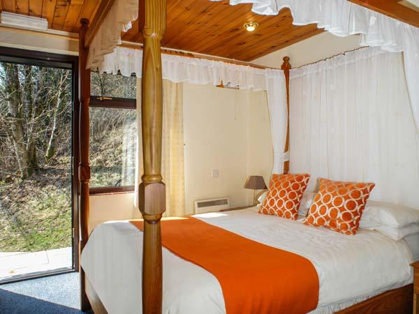 BRECON COTTAGES - GWENT, four poster bed, en-suite, sauna, shared pool, near Pen-y-Cae, Ref. 925414 - Image 1 - Pen-y-cae - rentals