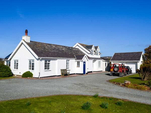 GARDD LLYWARCH, detached, two woodburners, enclosed garden, firepit, WiFi, nr Trearddur Bay, Ref 932590 - Image 1 - Trearddur Bay - rentals