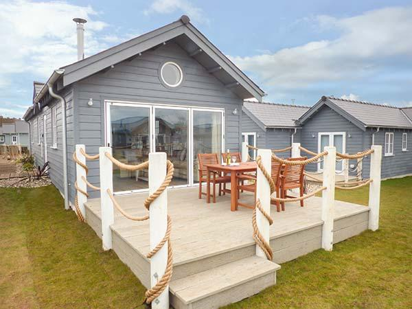 SEA BREEZE, pet-friendly coastal cottage on The Bay, swimming pool, Filey Ref 933876 - Image 1 - Filey - rentals