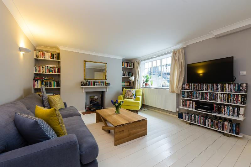 Bright and spacious basement apartment located 2 minutes from leafy Highbury Park - Image 1 - London - rentals